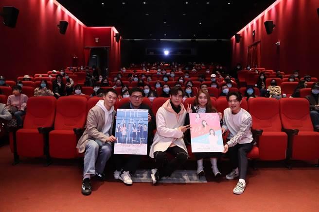 曾昱嘉(左起)、許肇任、告五人潘雲安、潘雲安、哲議映後與觀眾合影留念。(可米傳媒提供)