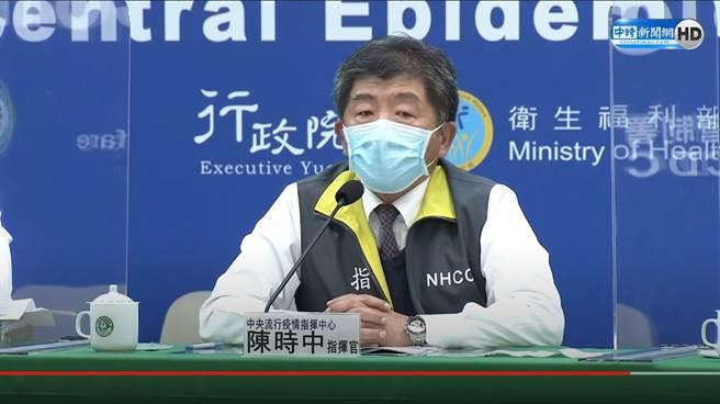 有記者關心提問陳時中為何今晚戴著口罩出席記者會,陳自曝有感冒症狀,已經採檢過,確定為陰性。(圖/中時新聞網直播)