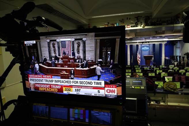川普揚言要報復倒戈的共和黨背骨仔。圖為白宮內部電視正轉播彈劾案投票。(圖/美聯社)