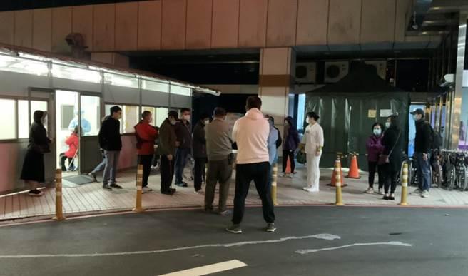 直擊 北部醫院群聚感染急封病房 戶外採檢室湧排隊民眾(姜霏 攝)