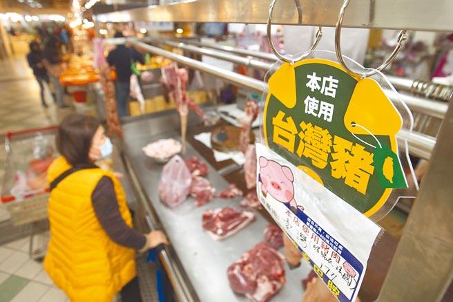 元月起含萊劑美豬開放進口,泰山公有市場66家販售豬肉的攤商皆已張貼產地標章,並附上來源憑證,希望讓前來採買肉品的民眾能安心購買。(杜宜諳攝)