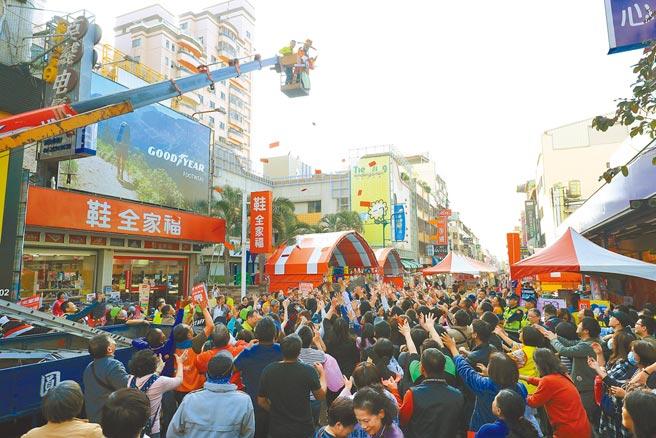 台中市天津路服飾商圈每年春節舉辦年貨大街活動,人潮湧入,熱鬧滾滾,今年因應防疫宣布自主停辦,歡迎民眾來逛街採買。(本報資料照片)