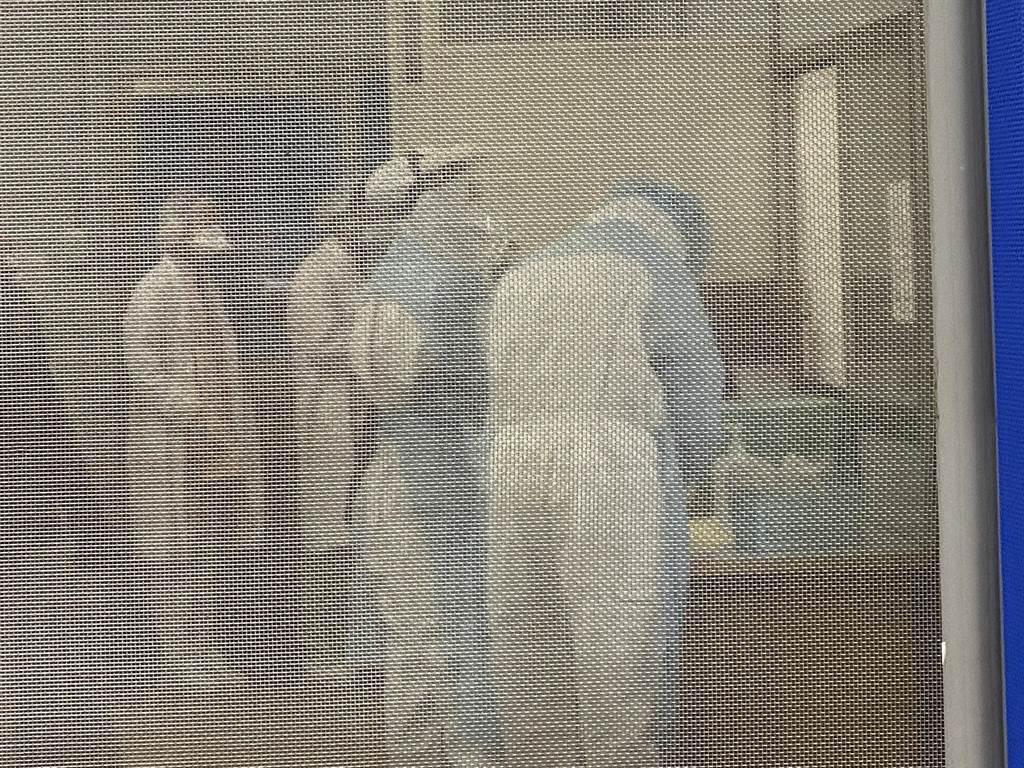 戶外採檢室近中午突然湧入採檢民眾。(蔡依珍攝)
