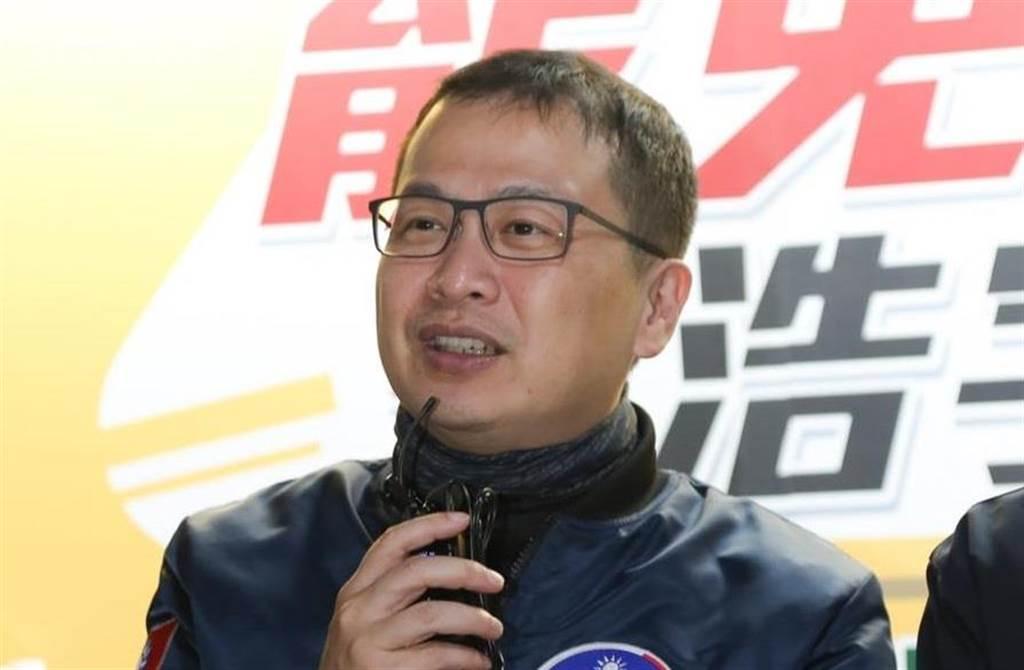 台北市議員羅智強展開騎鐵馬南北縱走,宣傳「反萊豬」與「公投綁大選」兩項公投第二階段連署。(圖/摘自羅智強臉書)