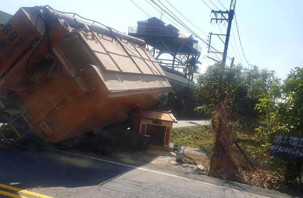一座西營小祠扛住一台重達22噸的飼料車,讓車子沒有翻覆,也讓飼料車駕駛與他懷胎9個月的妻子平安無事。(截自臉書社團《爆廢公社公開版》)