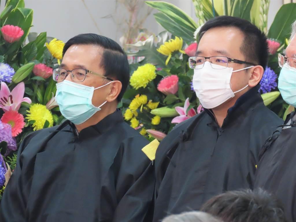 前總統陳水扁、高雄市議員陳致中父子送別扁媽,神情哀戚。(莊曜聰攝)
