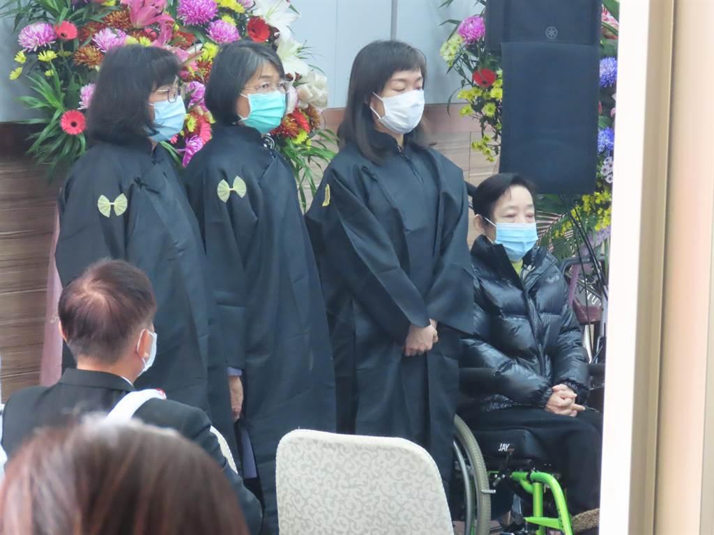 久未公開露面的吳淑珍、黃睿靚婆媳出席告別式。(莊曜聰攝)