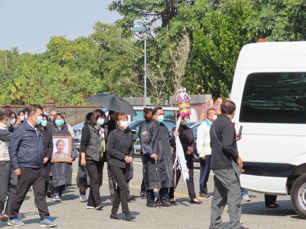 家祭儀式大約一個多小時,遺體隨即火化,骨灰將與扁父骨灰共同安厝在麻豆生命紀念園區。(莊曜聰攝)