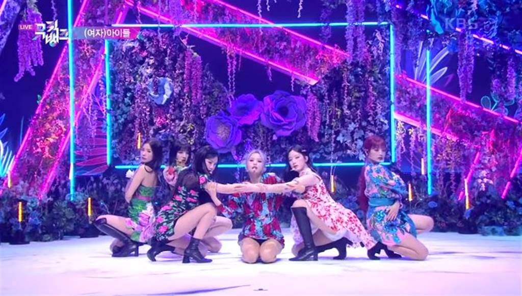 (G)I-DLE裙子太短,表演時不斷洩裙底風光。(圖/翻攝自KBS電視台YouTube)