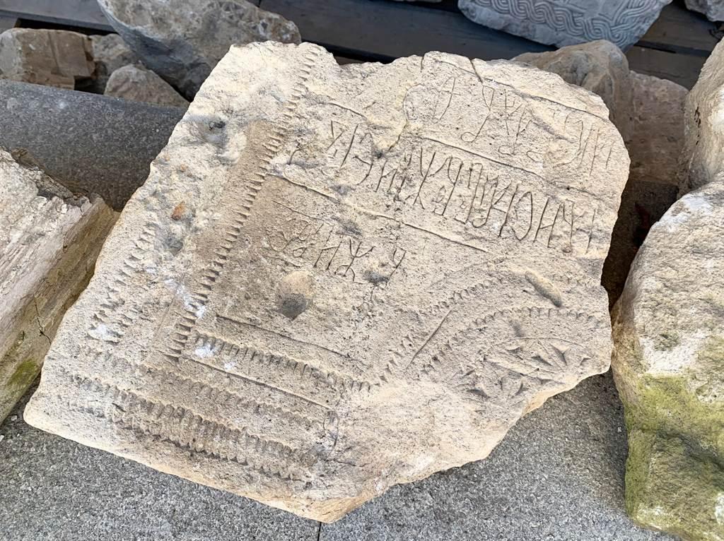 英國一名屋主在花園中撿到一塊石板,把它用做馬廄的腳踏石,沒想到10年後才發現它竟是來自羅馬帝國時期的骨董。(示意圖/達志影像)