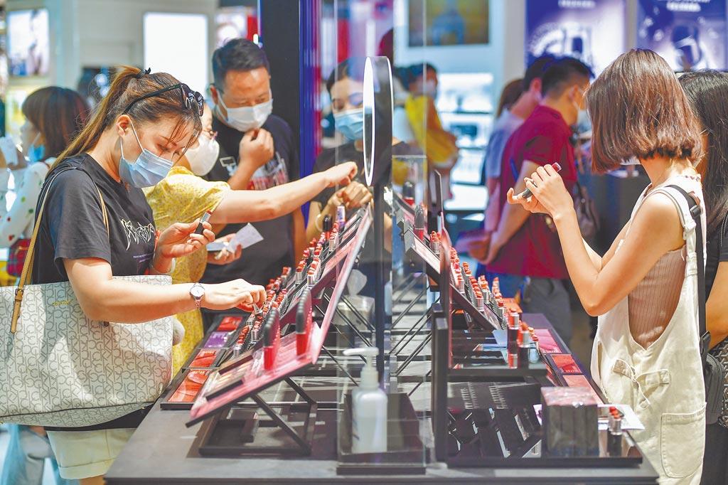 遊客在海南三亞國際免稅城選購化妝品。(中新社)