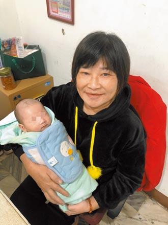 母抱嬰流浪挨凍 街友媽媽相救