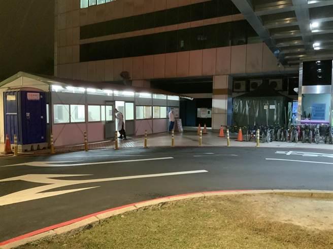 醫院戶外採檢室人潮於接近12點時才全部散去。(姜霏攝)