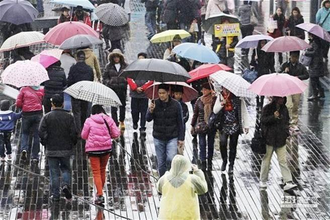 冷空气到北台湾湿冷,今晚下探9度一直到周二才回暖。(资料照)