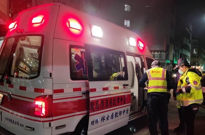 台中市社会局社工与警方协助一名身体不适的女街友送医。(台中市府提供/卢金足台中传真)