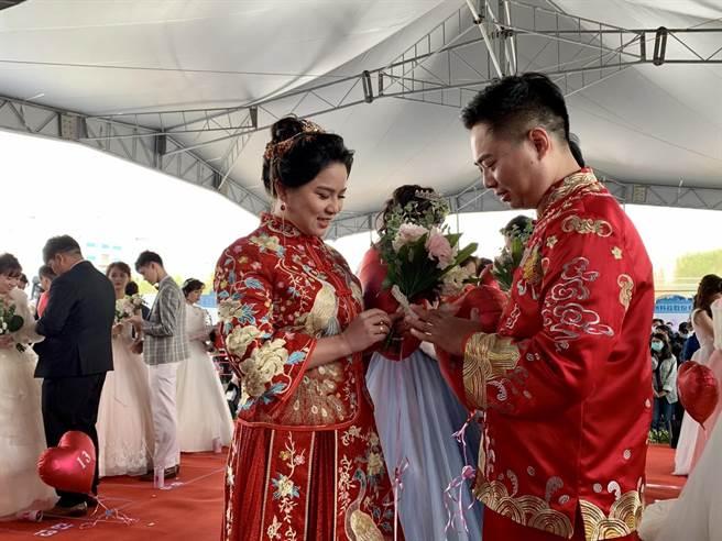 21对幸福佳偶17日在眾人见证下结婚,幸福洋溢。(李宜杰摄)
