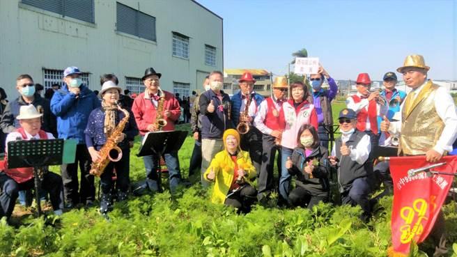 社區民眾約500人前往花海巡禮,悠閒漫步在波斯菊、油菜花等逾6公頃的花海中。(盧金足攝)