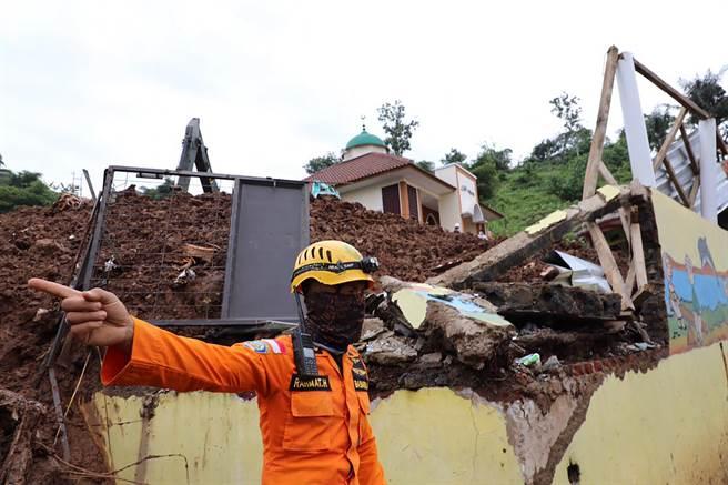 印尼強震增至56死 避難營人滿為患掀疫情隱憂