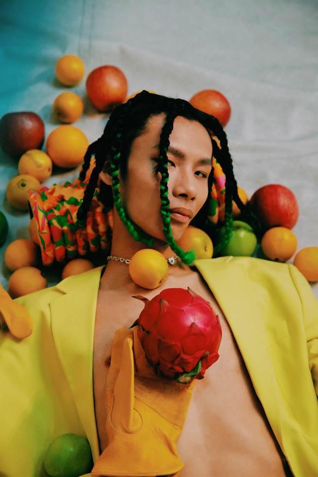 春艷去年底發行首張專輯《感恩的心》。(顏社提供)