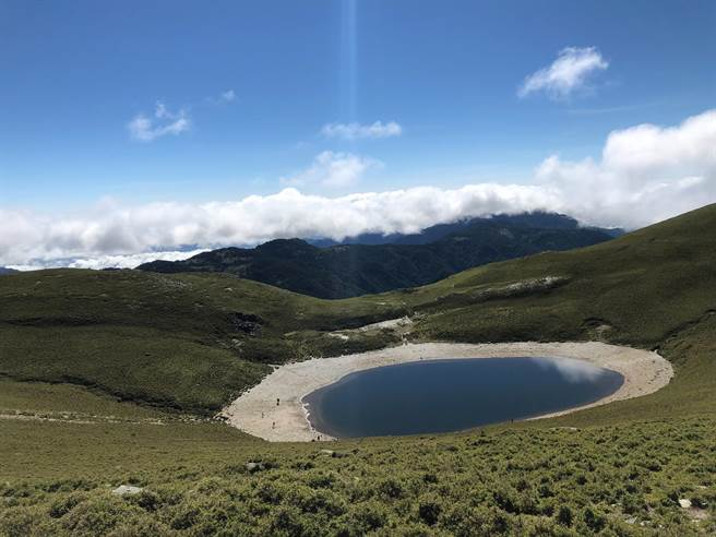 位於台東縣海端鄉海拔3000多公尺的南橫嘉明湖,有登山客17日發現湖面已結成薄冰狀。圖為嘉明湖平時未結冰貌。(蔡旻妤攝)