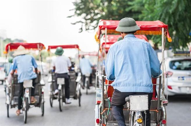 在越南,無論是步履蹣跚的老人,還是剛剛學步的孩子,戴綠帽儼然成了國民運動。(示意圖/達志影像)