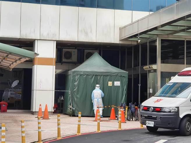 北部某醫院爆群聚感染,該醫院戶外採檢室週日一早就陸續有人進出。(蔡依珍攝)