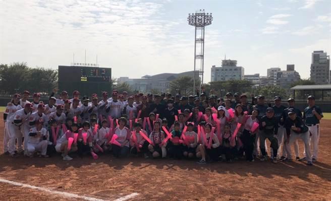 湧言基金會主辦的「2021湧言盃公益慢速壘球賽」16、17日在高雄熱鬧開打,其中最受矚目的閃亮之星棒球隊與民代合組的湧言台灣隊17日於立德棒球場進行公益邀請賽。(洪浩軒攝)
