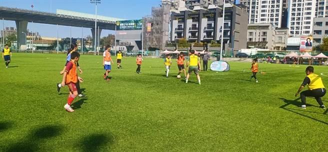 台中市運動局舉辦守門員指導班,今日在太原足球場開課。(台中市府提供/盧金足台中傳真)
