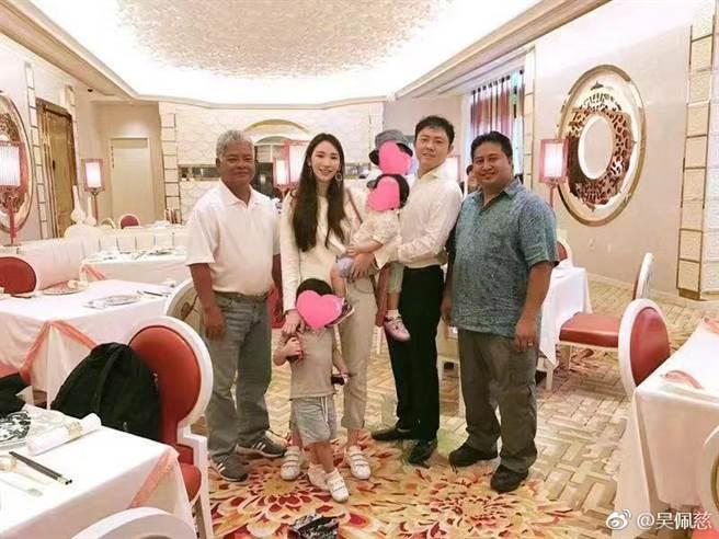 吴佩慈和男友纪晓波育有4个孩子。(图/微博@吴佩慈)