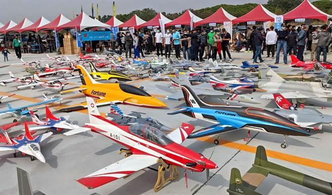 屏東竹田無人機飛行場17日啟用,每架價值數十萬元的無人飛機一字排開,民眾邊看邊嘖嘖稱奇。(潘建志攝)