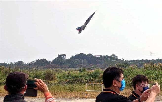 屏東竹田無人機飛行場17日啟用,專業飛手們輪番上場露一手特技花式表演。(潘建志攝)