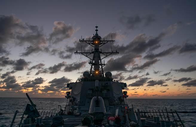 美國持續派遣軍艦航行台灣海峽,與中共軍機持續擾台形成強烈對比。圖為美海軍貝瑞號航經台灣海峽。(圖/美國海軍)