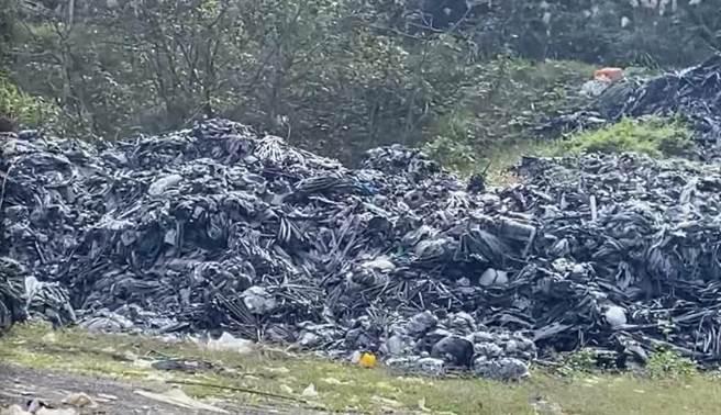 大湖鄉公所為了避免廢棄棚布遭棄置路旁有礙觀光,派清潔隊到各村收集後,因為沒有回收廠商願意接手,暫時堆置垃圾場,目前還有80公噸的廢棄棚布被堆成小山,景象驚人。(大湖鄉公所提供/巫靜婷苗栗傳真)