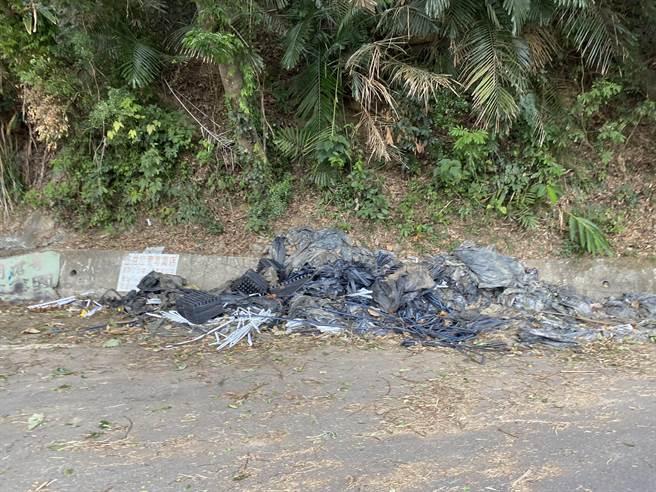 苗栗縣大湖鄉每年生產約250公噸的莓園廢棄棚布,路旁就可見遭棄置廢棄棚布與資材。(巫靜婷攝)