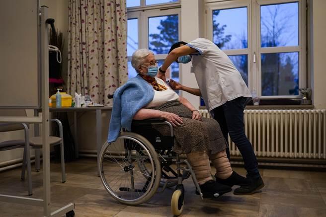 歐洲已開始為國民接種疫苗,但陸續傳出年長者因接種輝瑞疫苗的副作用而死亡的案例。目前挪威接種4.1萬人,已有29例年長者接種後死亡。圖為比利時在養老院為年長者接種疫苗。(圖/美聯社)