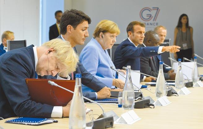 德國總理梅克爾領導的基督教民主聯盟16日舉行黨魁選舉,「梅粉」拉舍特脫穎而出。圖中左三為梅克爾8月參加七國集團首腦會議。(美聯社)