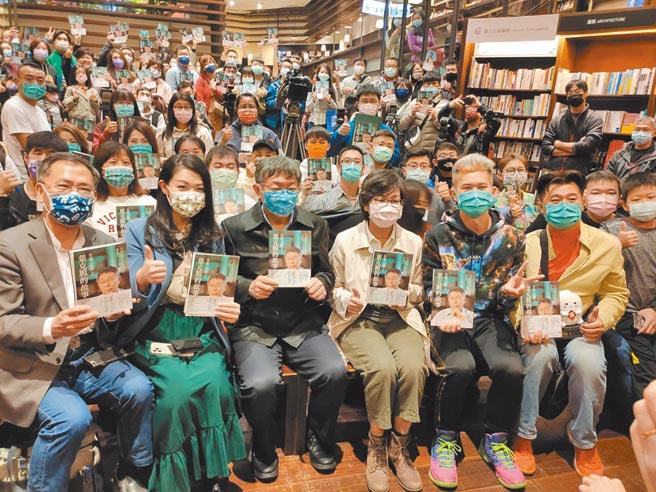 台北市長柯文哲(左三)16日南下台中出席讀者見面簽書會,直言豬標章太多了,最好統一版本。(張妍溱攝)