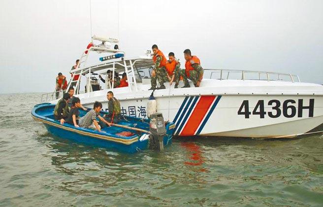 去年7月偷渡來台的5位香港青年,本周已抵達美國。圖為去年8月大陸廣東海警局在粵港東南方海域逮捕欲越境偷渡者。(摘自廣東海警局官網)