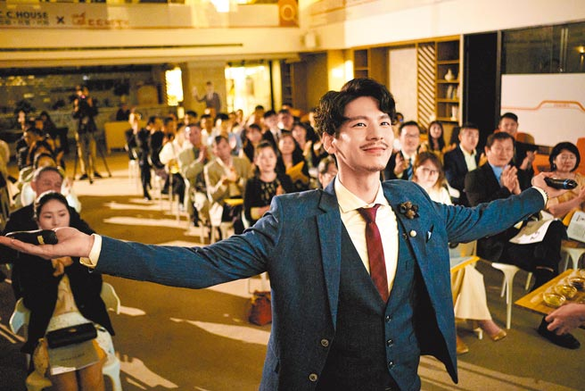 林柏宏剧中饰演斜杠青年杨大器,大胆投资追创业梦。(公视提供)