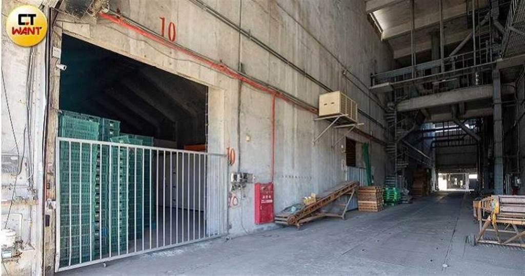 美濃區農會的清水倉庫占地不小卻管理鬆散,因此被王男盜取近133噸的紅豆,損失上千萬。(圖/宋岱融攝)