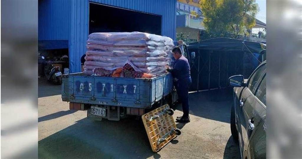 警方在世谷貿易公司起出銷贓的紅豆,用貨車載回調查。(圖/讀者提供)
