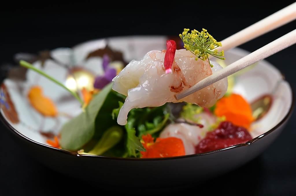 渡邉信介演繹的〈牡丹蝦 沙拉野菜〉,以肥美的北海道牡丹蝦搭配嘉義野菜達人生產的韭菜花、金蓮花與葉、茴香花、孔雀菊等多種野菜和食用花卉,形色味皆魅人。(圖/姚舜)