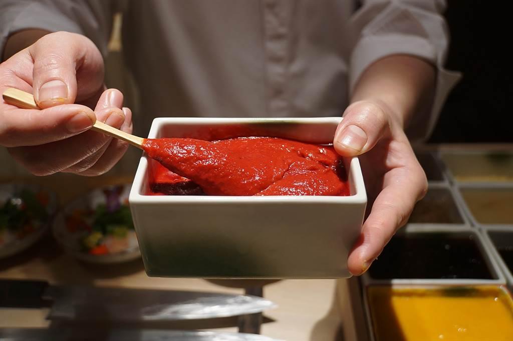 渡邉〉所有菜餚醬汁都是料理長渡邉信介自己調製,如為〈牡丹蝦 沙拉野菜〉提味的醬汁,是用甜菜根、番茄、紅酒醋,以及日式醬油、味醂與糖調製。(圖/姚舜)