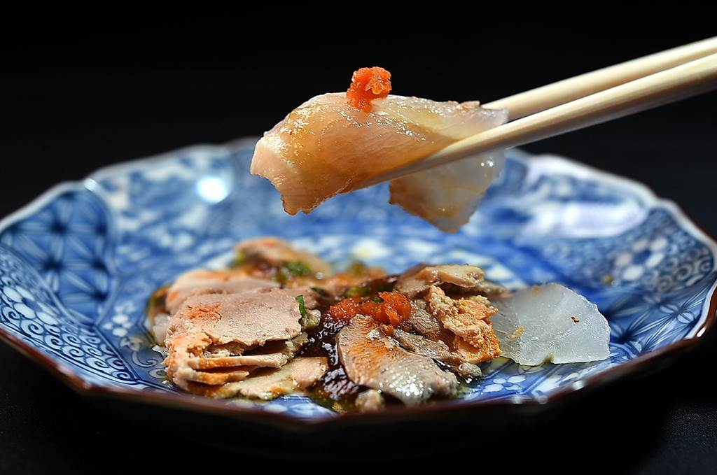 屬白肉魚的〈九繪〉是一種深海石斑,原本口感緊實富彈性,渡邉信介將魚肉以炭火烤至「似生卻熟、半生半熟」後,使口感變得「溫柔」。(圖/姚舜)