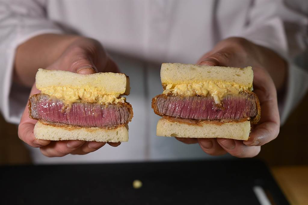 〈渡邉〉日本料理的〈和牛菲力三明治〉,是以渡邉信介以洋蔥、薑、雞蛋和美奶滋製的蛋黃醬提味。(圖/姚舜)