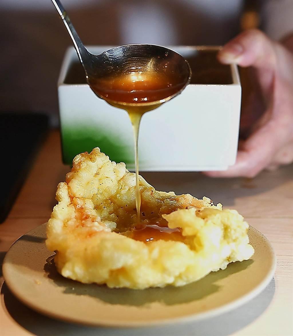 〈渡邉〉的〈龍蝦三明治〉的提味醬汁,是渡邉信介以醬油、甜醋、胡麻油、味醂、糖與葛粉熬製。(圖/姚舜)