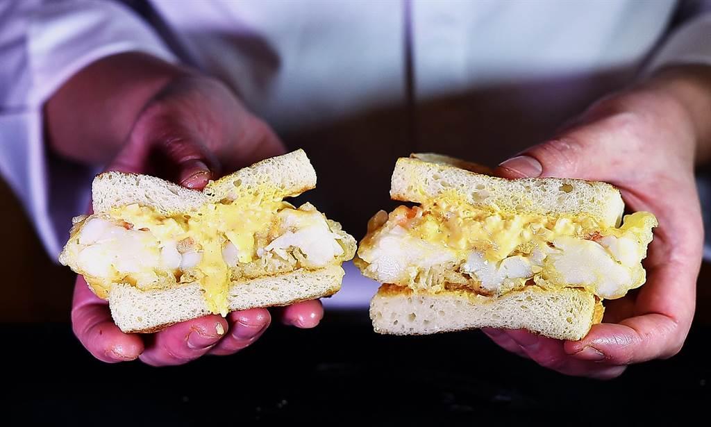 渡邉〉的〈龍蝦三明治〉龍蝦肉比吐司還厚,大口吃肉、吃起來很過癮。(圖/姚舜)