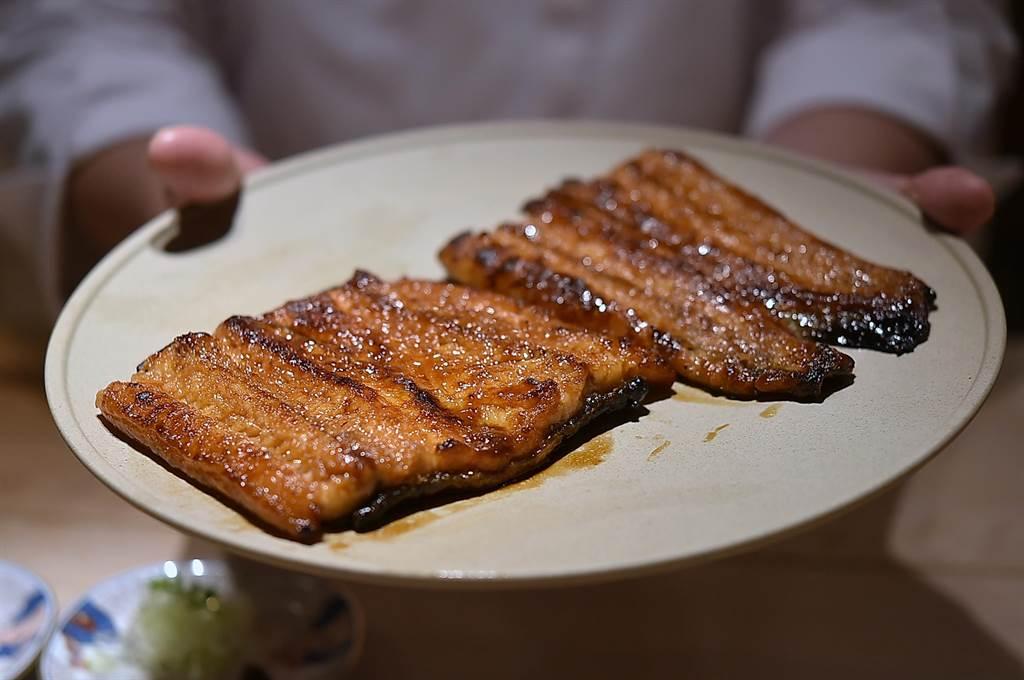 坊間日式〈鰻魚飯〉用的多是日本白鰻,但〈渡邉〉的〈鰻魚釜飯〉所用鰻魚,則是「黑鰻」。(圖/姚舜)