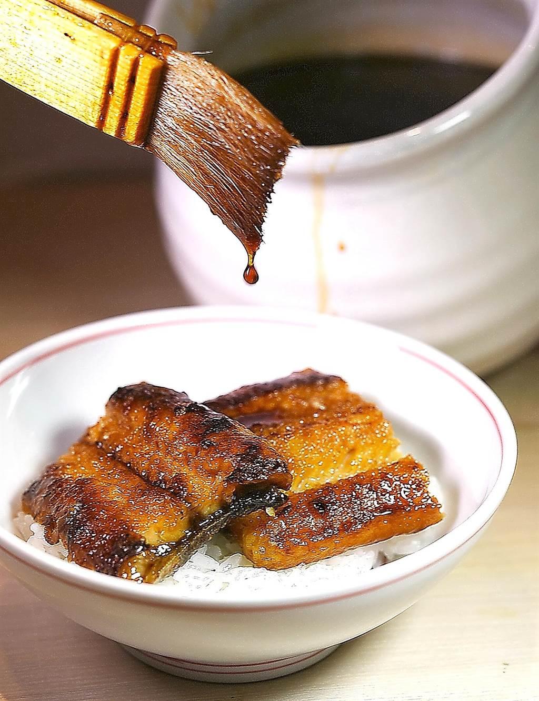 〈渡邉〉的〈鰻魚釜飯〉醬汁,也是主廚用鰻骨熬製。(圖/姚舜)