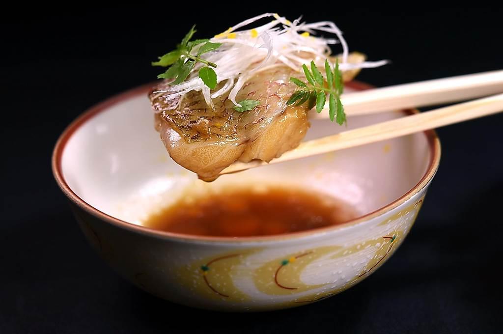 赤鯥」,就是紅喉,來自日本的赤鯥油脂非常豐富,渡邉信介以類似紅燒的手法炊煮就非常好吃了。(圖/姚舜)